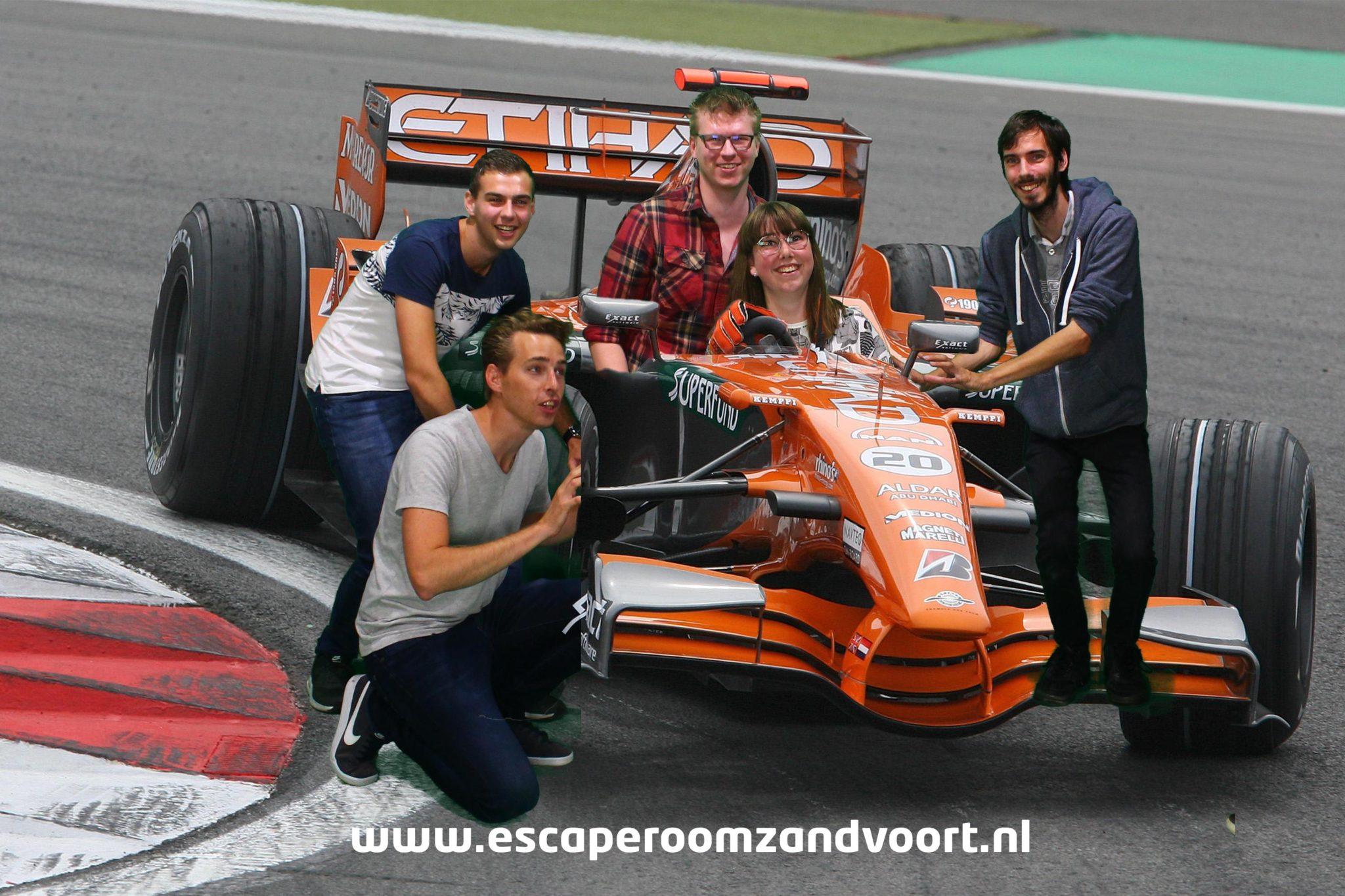 Racewagen met collega's escaperoom zandvoort